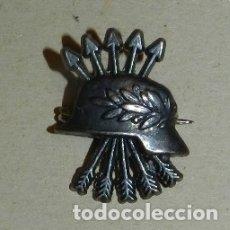 Militaria: ANTIGUA INSIGNIA MINIATURA YUGO Y FLECHAS CON CASCO, DIVISIÓN AZUL,. Lote 177309003