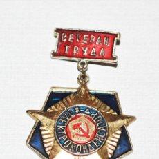 Militaria: INSIGNIA ,PIN .VETERANO DE UNA EMPRESA SOVIETICA.URSS. Lote 177951707