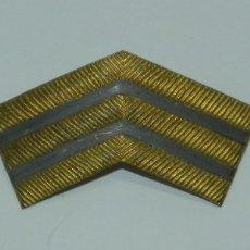 Militaria: ÁNGULOS METALICOS PLATEADOS, SIMULANDO BORDADO, REVERSO CON ALFILER, MIDE 4,7 CMS.. Lote 178567575