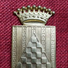 Militaria: INSIGNIA ESCUDO BRAZO DIVISIÓN INFANTERIA URGELL. GUERRA CIVIL ESPAÑOLA. ORIGINAL LATÓN - 65 X 36 MM. Lote 180446623
