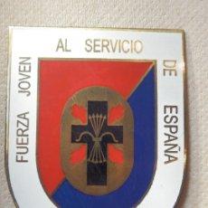 Militaria: INSIGNIA DE IMPERDIBLE - FUERZA JOVEN AL SERVICIO DE ESPAÑA - BARCELONA - FALANGE - 5,5 CM X 4,25 CM. Lote 182100275