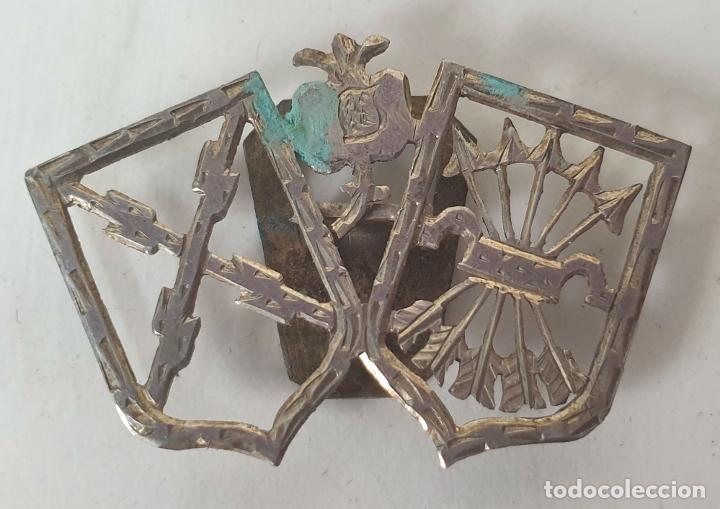 PIN DE PLATA. INSIGNIA CARLISTA Y FALANGE ESPAÑOLA. CIRCA 1940. (Militar - Insignias Militares Españolas y Pins)