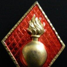 Militaria: PAREJA DE ROMBOS DE SOLAPA EN RELIEVE DEL ARMA DE ARTILLERÍA.. Lote 183176092