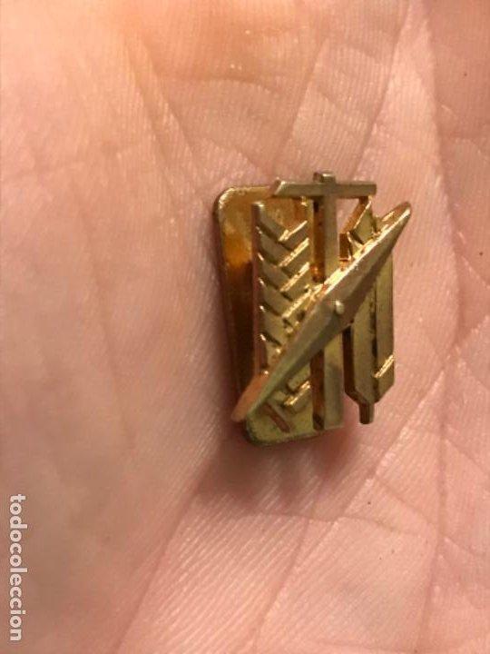 Militaria: Medalla insignia solapa falanjista sindical martillo flecha pluma aspa o brujula - Foto 2 - 186210027