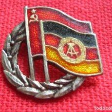 Militaria: ANTIGUA INSGNIA CON BANDERAS DE LA REPUBLICA DEMOCRATICA ALEMANA Y UNION SOVIETICA . URSS. DDR. . Lote 191006955