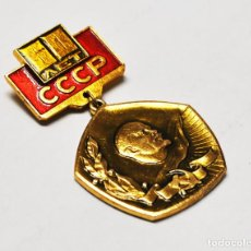 Militaria: INSIGNIA CON LENIN ,PIN.. 60 AÑOS DE PODER SOVIÉTICO .URSS. Lote 193404255