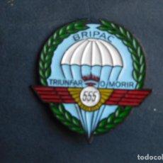 Militaria: CHAPA DE CURSO BRIGADA PARACAIDISTA 555 TRIUNFAR O MORIR.-4,50 EUROS CERTIFICADO.-. Lote 194280335