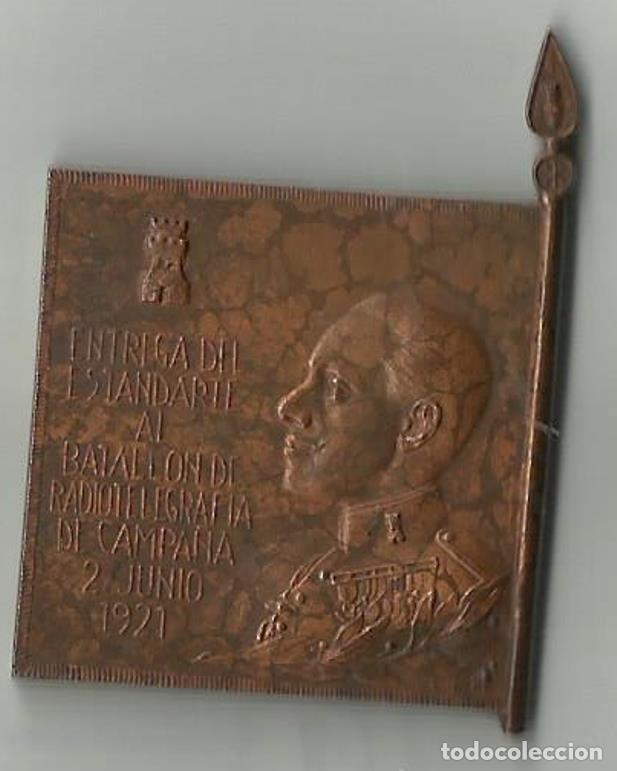 EMBLEMA DE ALFONSO XIII ENTREGA DE ESTANDARTE 1921. ANNUAL (Militar - Insignias Militares Españolas y Pins)