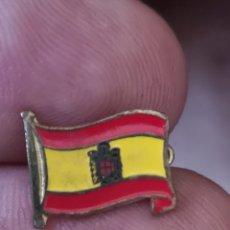 Militaria: ANTIGUA INSIGNIA DE SOLAPA CON ALFILER DE LA BANDERA DE ESPAÑA CON EL ÁGUILA DE SAN JUAN. Lote 194367218