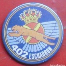 Militaria: 402 ESCUADRÓN DEL EJÉRCITO DEL AIRE. CHAPA NUEVA DE 57 MM. Lote 194745593