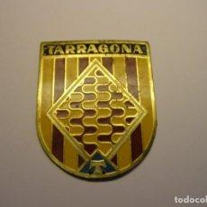 Militaria: INSIGNIA DE LA O.J.E. ORGANIZACIÓN JUVENIL ESPAÑOLA, TARRAGONA, AÑOS 60.. Lote 194938161