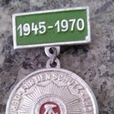 Militaria: CURIODA INSIGNIA O MEDALLA DE LA ALEMANIA DEMOCRATICA 1945-1970 POR PROTEGER A OBREROS Y CAMPESINOS. Lote 194990035