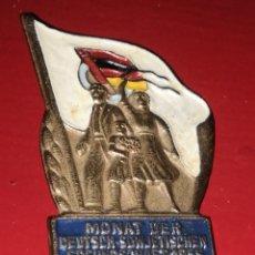 Militaria: INSIGNIA SOVIETICA RDA MES DE LA AMISTAD GERMANICO SOVIETICA 1955. RARA. Lote 197493952