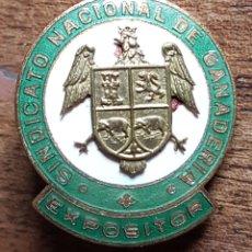 Militaria: RARA INSIGNIA SINDICATO NACIONAL DE GANADERIA EXPOSITOR. Lote 197651716