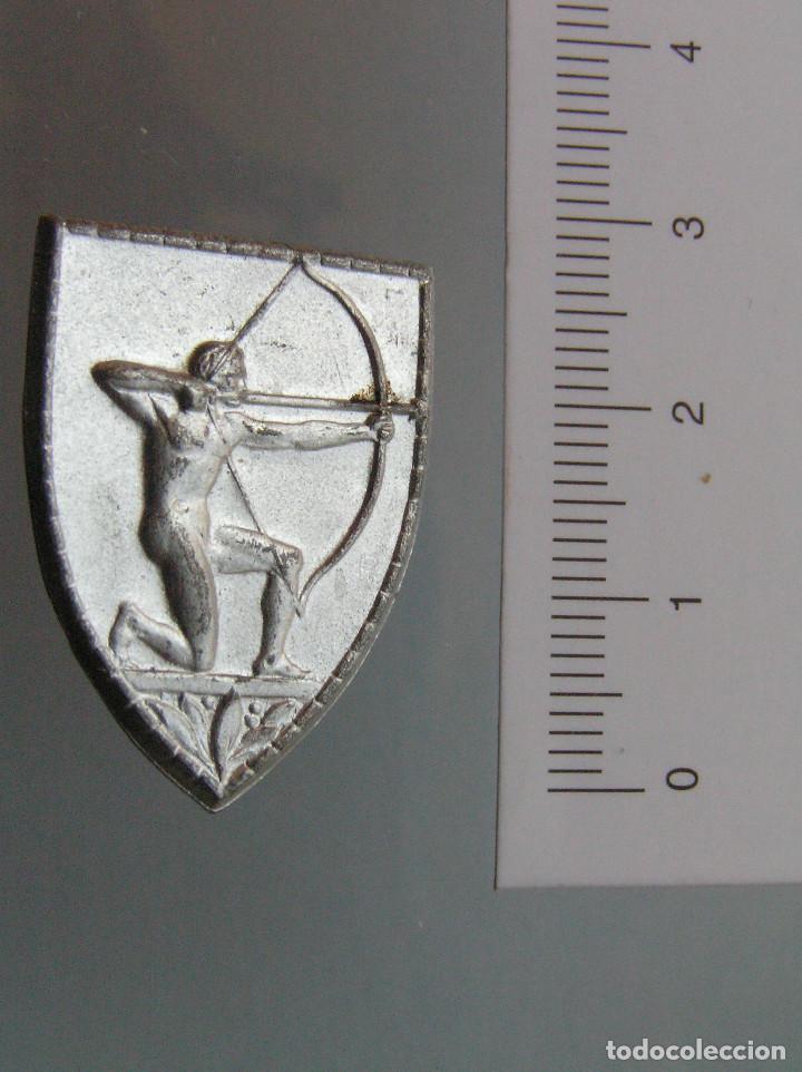 INSIGNIA AUXILIO SOCIAL (Militar - Insignias Militares Españolas y Pins)