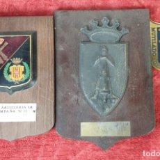 Militaria: CONJUNTO DE 3 INSIGNIAS MILITARES. ARTILLERIA. METAL. BASE DE MADERA. 1936. . Lote 198399498