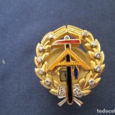 Militaria: PIN DE SOLAPA, ÉPOCA DE FRANCO .ARQUITECTURA? ORO Y BRILLANTES.. Lote 206576983