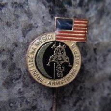 Militaria: INTERESANTE Y ANTIGUO PIN CONDECORACION DEL APOLLO 11 EN CHECOSLOVAQUIA EDICION LIMITADA. Lote 207365161