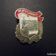 Militaria: INSIGNIA DE SOLAPA CIUDAD ЖИТОМИР - ZHITOMYR . CIUDADES DE LA URSS-UKRANIA. SIGLO XX. Lote 210042791