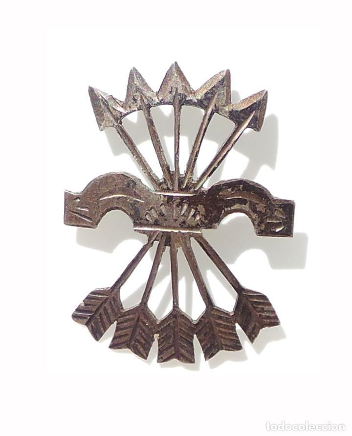 INSIGNIA FALANGE. YUGO Y FLECHAS. 2,7 CM DE ALTO. EN PLATA (Militar - Insignias Militares Españolas y Pins)
