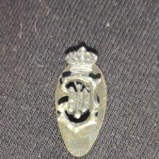 Militaria: MINIATURA DE SOLAPA BORBÓNICA ALFONSO XIII, CREO QUE ES DE PLATA. Lote 218692458