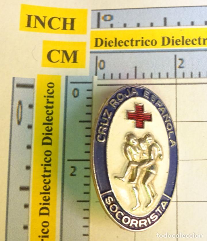 ANTIGUA INSIGNIA BROCHE DE LA CRUZ ROJA ESPAÑOLA. SOCORRISTA. MARCAJE JME EIBAR (Militar - Insignias Militares Españolas y Pins)