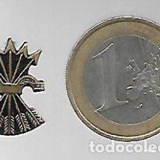 Militaria: ANTIGUO PIN INSIGNIA YUGO Y FLECHAS DE FALANGE ESPAÑOLA. DORADO.. Lote 223117940