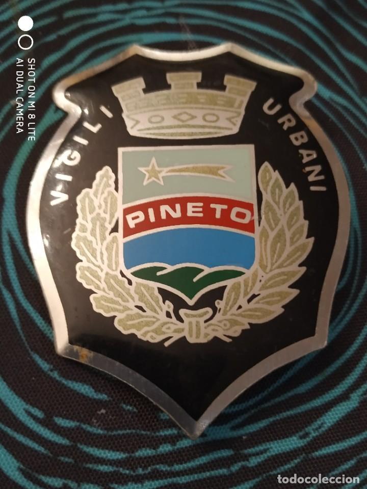 PLACA METALICA POLICIA LOCAL MUNICIPAL ITALIANA DE PINETO - ITALIA DISTINTIVO POLICIAL INSIGNIA (Militar - Insignias Militares Extranjeras y Pins)