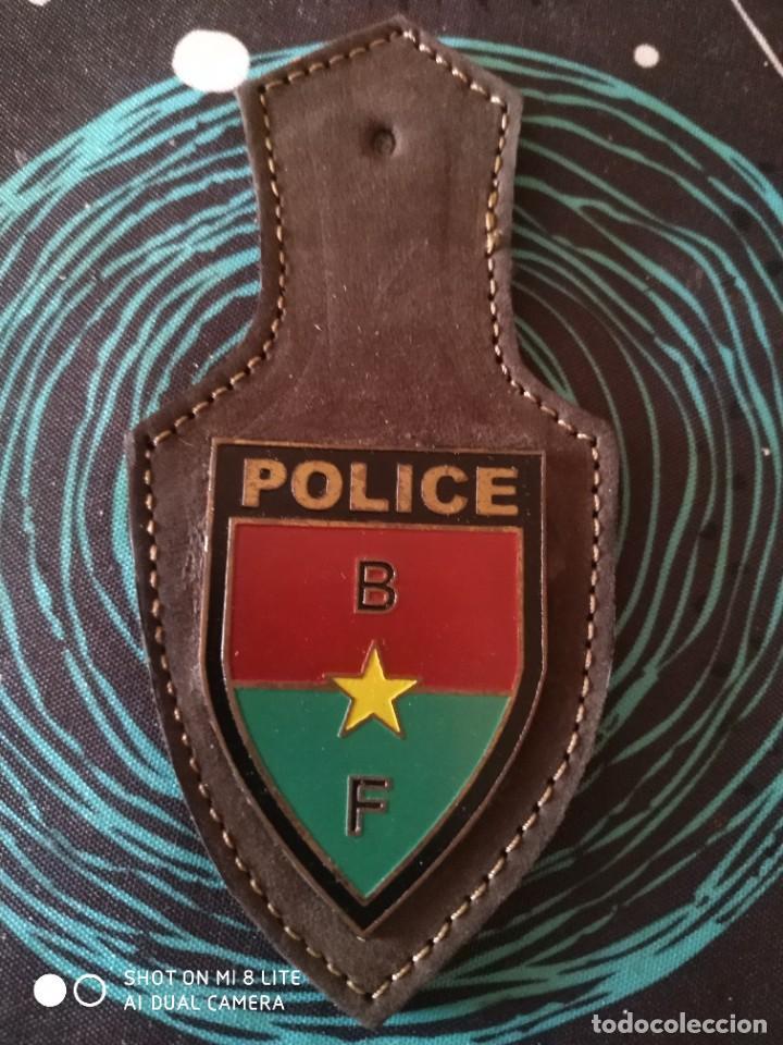 PLACA PEPITO EN METAL ESMALTADO Y CUERO DE BURKINA FASO- AFRICA-DISTINTIVO POLICIAL (Militar - Insignias Militares Extranjeras y Pins)