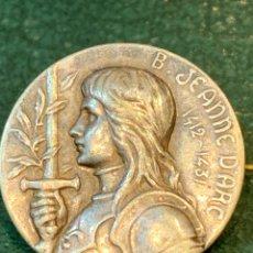 Militaria: INSIGNIA DE ALFILER JUANA DE ARCO 1412-1431 EN PLATA. Lote 229931775