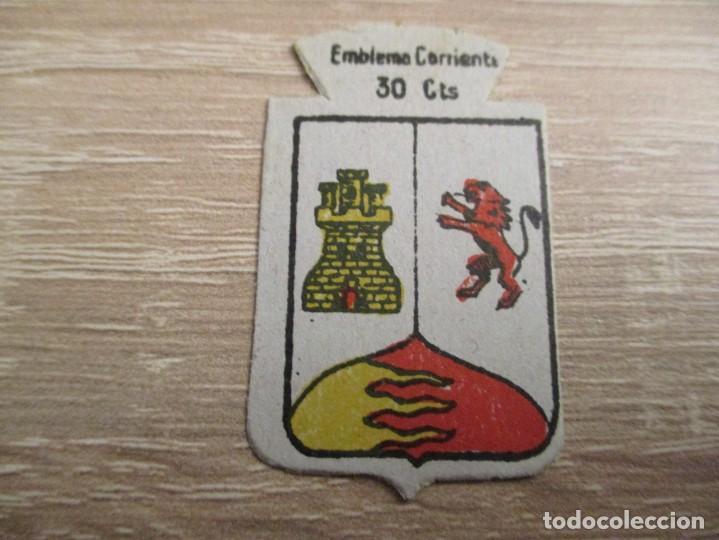 AUXILIO SOCIAL EMBLEMA 30 CTS. SERIE: X.- Nº 41.- PEÑAFIEL. (CATALOGADO) (Militar - Insignias Militares Españolas y Pins)