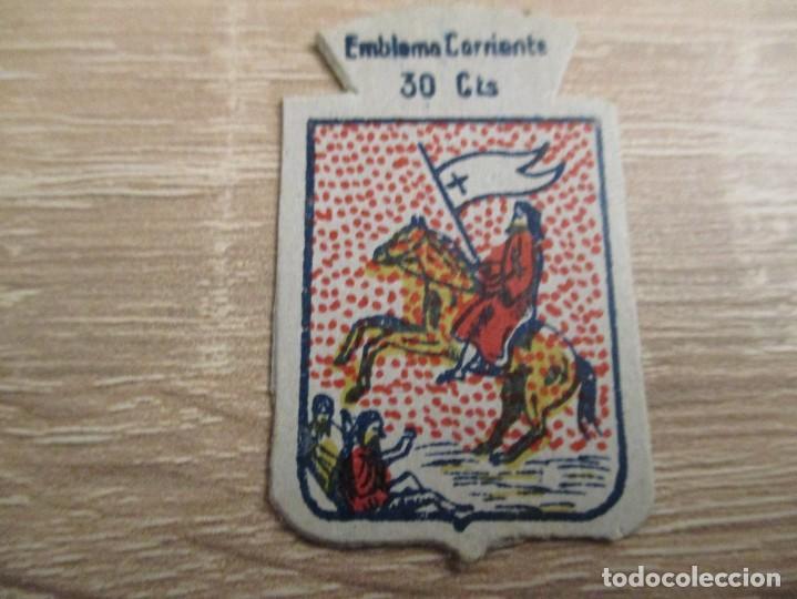 AUXILIO SOCIAL EMBLEMA 30 CTS. SERIE: X.- Nº 42.- MEDINA SIDONIA. (CATALOGADO) (Militar - Insignias Militares Españolas y Pins)