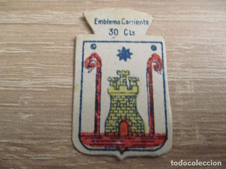 AUXILIO SOCIAL EMBLEMA 30 CTS. SERIE: X.- Nº 47.- CAZORLA. (CATALOGADO) (Militar - Insignias Militares Españolas y Pins)
