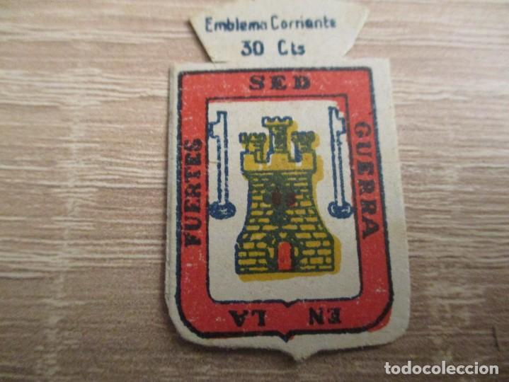 AUXILIO SOCIAL EMBLEMA 30 CTS. SERIE: X.- Nº 49.- TARIFA. (CATALOGADO) (Militar - Insignias Militares Españolas y Pins)