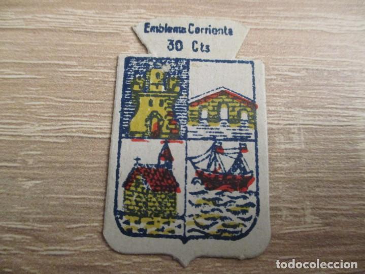 AUXILIO SOCIAL EMBLEMA 30 CTS. SERIE: X.- Nº 51.- CASTRO URDIALES. (CATALOGADO) (Militar - Insignias Militares Españolas y Pins)