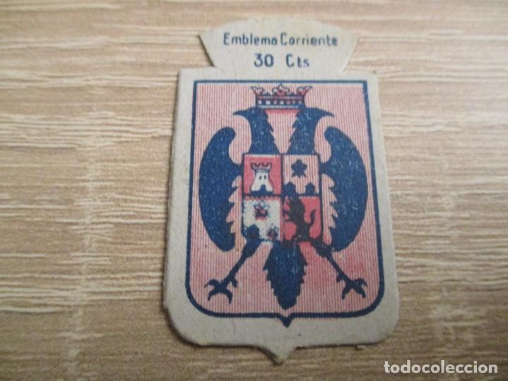 AUXILIO SOCIAL EMBLEMA 30 CTS. SERIE: X.- Nº 56.- MONTALBAN. (CATALOGADO) (Militar - Insignias Militares Españolas y Pins)