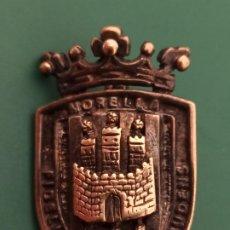 Militaria: PIN CON HERÁLDICA MUNICIPAL O MILITAR. MORELLA. Lote 235265235