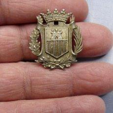 Militaria: ANTIGUO EMBLEMA POLICIA VILANOVA I GELTRU. Lote 235488350