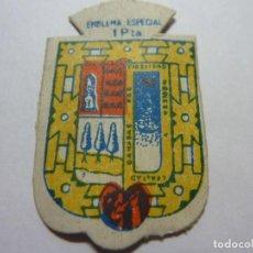Militaria: AUXILIO SOCIAL.EMBLEMA ESPECIAL 1 PTA. SERIE B Nº 319 GUIPUZCOA. Lote 236066645