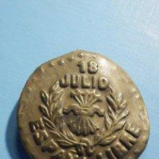 Militaria: EMBLEMA METÁLICO DE AUXILIO SOCIAL - 18 DE JULIO - ESPAÑA LIBRE - FALANGE - CON PESTAÑA. Lote 236410395