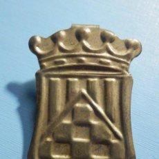 Militaria: EMBLEMA METÁLICO DE AUXILIO SOCIAL - ESCUDO - SIN DETERMINAR - CON PESTAÑA. Lote 236414450