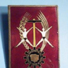 Militaria: INSIGNIA - EDUCACIÓN Y DESCANSO 1ª DE MAYO 1958 - SINDICATO VERTICAL FALANGE - 6,5 X 4 CM.. Lote 241796355