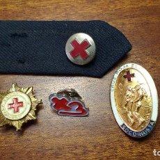 Militaria: TEMÁTICA CRUZ ROJA: DOS INSIGNIAS DE SOLAPA, UNA DE SOCORRISTA, UN PIN Y UN GALÓN. Lote 252152705