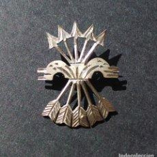 Militaria: INSIGNIA PATRIÓTICA. FALANGE. YUGO Y FLECHAS. EN PLATA. 2,9 CM DE ALTO.. Lote 253340985