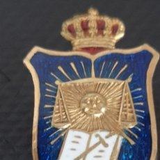 Militaria: ANTIGUA INSIGNIA DE JUSTICIA ÉPOCA ALFONSO XIII ESMALTADA Y DORADA. Lote 254894755