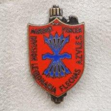 Militaria: INSIGNIA DE LA DIVISIÓN LEGIONARIA FLECHAS AZULES. VOLUNTARIOS ITALIANOS, GUERRA CIVIL ESPAÑOLA.. Lote 255478285