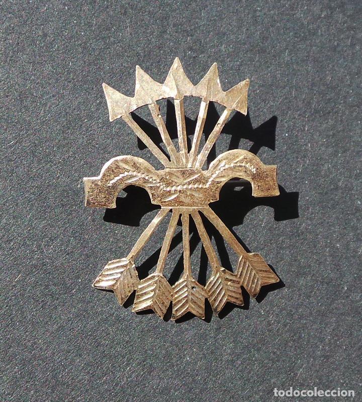 INSIGNIA PATRIÓTICA. FALANGE. YUGO Y FLECHAS. EN PLATA. 2,8 CM DE ALTO. (Militar - Insignias Militares Españolas y Pins)