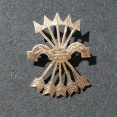 Militaria: INSIGNIA PATRIÓTICA. FALANGE. YUGO Y FLECHAS. EN PLATA. 2,8 CM DE ALTO.. Lote 255579345