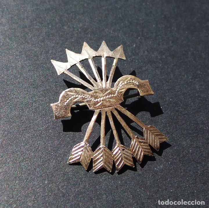 Militaria: INSIGNIA PATRIÓTICA. FALANGE. YUGO Y FLECHAS. EN PLATA. 2,8 CM DE ALTO. - Foto 2 - 255579345