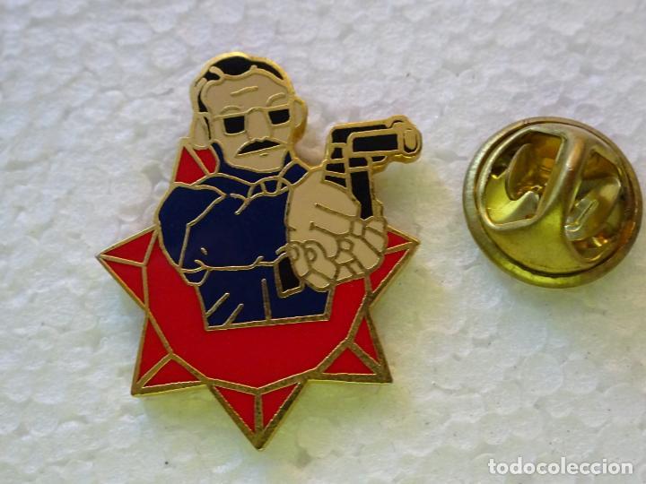 PIN POLICIAL. AGENTE DE POLICÍA CON BIGOTE Y ARMA (Militar - Insignias Militares Internacionales y Pins)